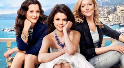 """Grace (Selena Gomez) sonhava em viajar para Paris e surgiu uma chance de fazer isso com as amigas Meg (Leigthon Meester) e Emma (Kate Cassidy). A aventura não estava lá essas coisas e elas se meteram em algumas furadas, até o momento em que Grace se fez passar por uma milionária chamada Cordélia muito parecida com ela e aí tudo mudou, colocando as três no meio da alta sociedade. A questão é que essa """"moleza"""" vai acabar na exata hora que a verdadeira Cordélia voltar de sua viagem. (RC)"""